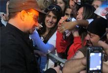 Músicos do U2 encontram  fãs em frente ao hotel em SP (Fabiano Correia/G1)