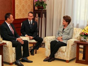 Presidenta Dilma Rousseff conversa com o presidente da Empresa Foxconn, Terry Gou, no complexo Diaoyutai, em Pequim. (Foto: Roberto Stuckert / PR)