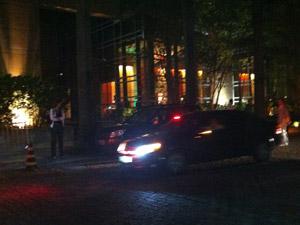 Carro com integrantes do U2 deixa hotel em SP (Foto: Marcus Brasil/G1)