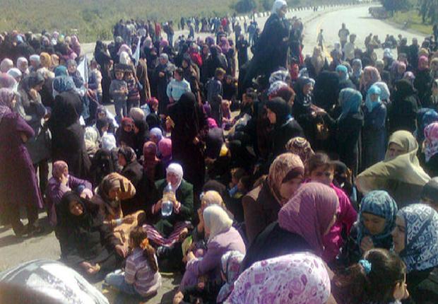 Mulheres protestam contra o governo na cidade síria de Banias nesta quarta-feira (13) (Foto: AP)