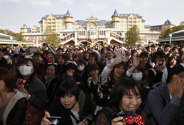 O parque temático reabriu depois de ter ficado quase um mês fechado após o terremoto seguido de tsunami de 11 de março. O fechamento foi provocado pela instabilidade do fornecimento de energia elétrica na região. (Foto: Reuters)