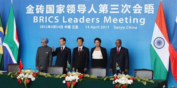 Líderes da Índia, Rússia, China, Brasil e África do Sul posam para foto antes de conferência de imprensa após cúpula dos Brics (Foto: AFP)