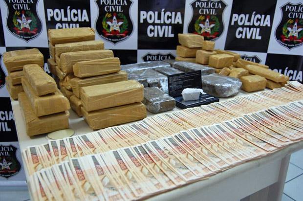 Maconha e cédulas falsas apreendidas pela Polícia Civil em Florianópolis (Foto: Divulgação/Polícia Civil )