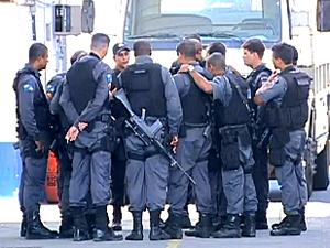 PMs de quatro batalhões ocupam a Favela Nova Holanda (Foto: Reprodução / TV Globo)