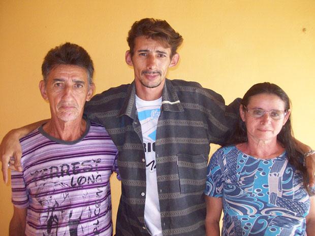 Orismar (centro) quer leiloar o 'camarão móvel' para comprar casa para os pais (Foto: Divulgação/Wagner Batista da Silva/Arquivo Pessoal)