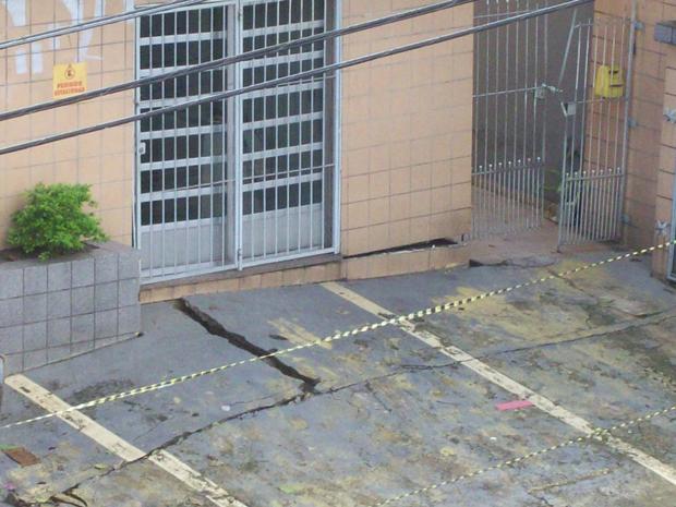 Foto tirada nesta quarta-feira (13), antes do desabamento, mostra rachaduras (Foto: Paula/VC no G1)