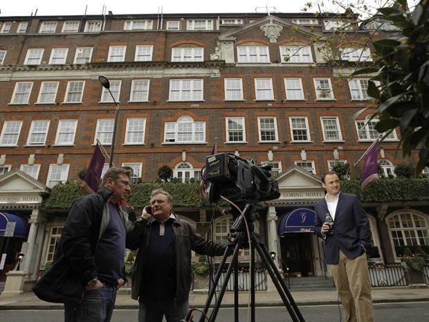 Equipe de TV prepara-se para filmar em frente ao Hotel Goring nesta sexta-feira (15) em Londres (Foto: Reuters)