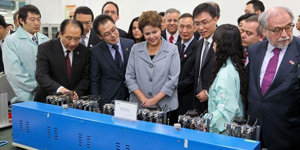 Dilma durante visita ao centro de pesquisa da ZTE, em Xian (Foto: Foto: Roberto Stuckert Filho/Presidência da República)