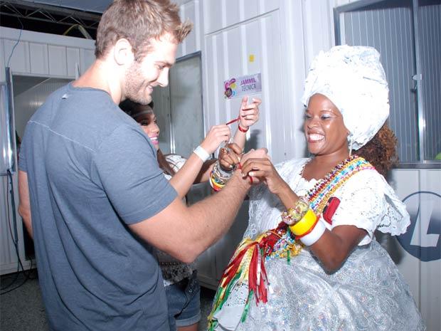 Maria e Wesley recebem as fitinhas do Senhor do Bonfim da baiana. (Foto: João Ramos)
