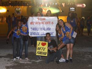 Foliões fãs de Ivete Sangalo entram com faixa no Mega Space (Foto: Maurício Vieira)