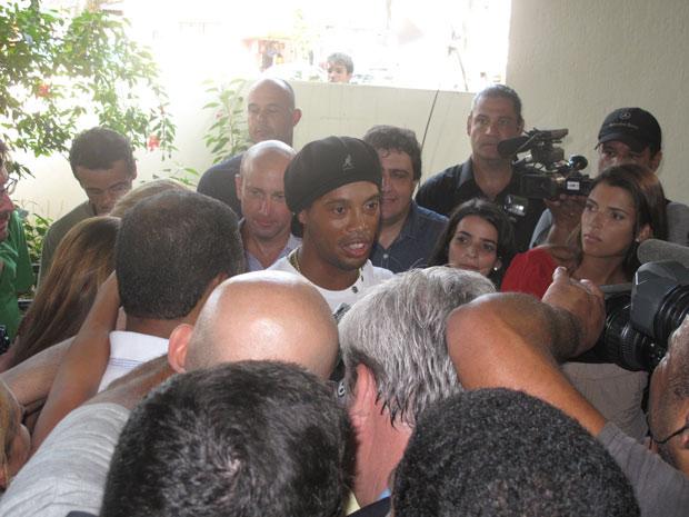 Ronaldinho visitou vítimas da tragédia de Realengo  (Foto: Aluízio Freire/ G1)