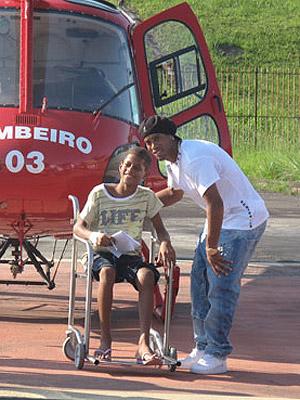 Ronaldinho Gaúcho posa com um fã que está internado no Hospital Adão Pererira Nunes (Foto: Aluizio Freire/G1)
