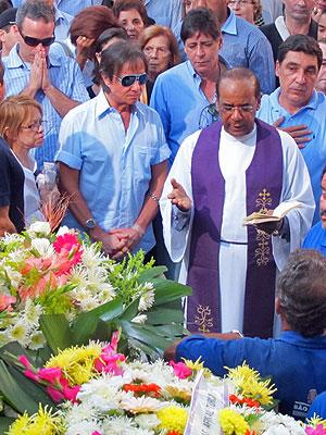 O cantor estava acompanhado do filho Dudu (à esquerda) no momento da cerimônia (Foto: Laura Brentano/G1)