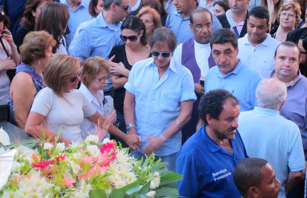 Roberto Carlos acompanha o enterro da filha (Foto: Laura Brentano/G1)