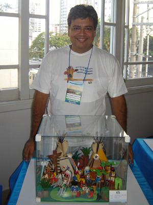 O empresário César Ojeda diante de um diorama  (Foto: Arquivo pessoal)