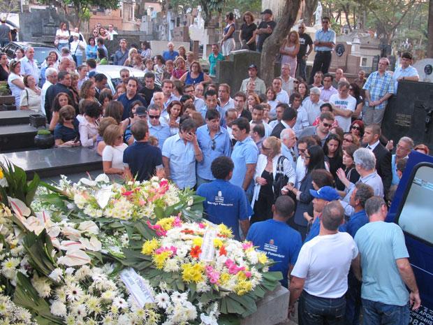 Familiares de Roberto Carlos e Ana Paula estavam presentes no enterro (Foto: Laura Brentano/G1)