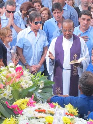 O cantor rezou antes do enterro (Foto: Laura Brentano/G1)