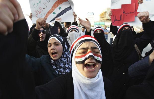 Manifestantes sírios protestam contra Bashar al-Assad em frente à embaixada da Síria em Amã (Foto: Muhammad Hamed/Reuters)
