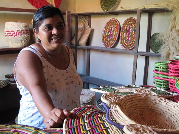 Serrate Maria souza Gonçalves, presidente da Associação deos Artesãos em Trançados da ilha Grande de Santa isabel. (Foto: Anay Cury/G1)