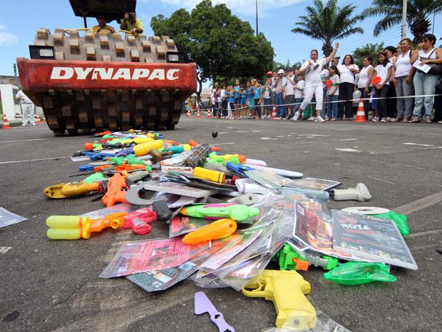 Armas de brinquedo são destruídas em Manaus (Foto: Divulgação/Semcom)