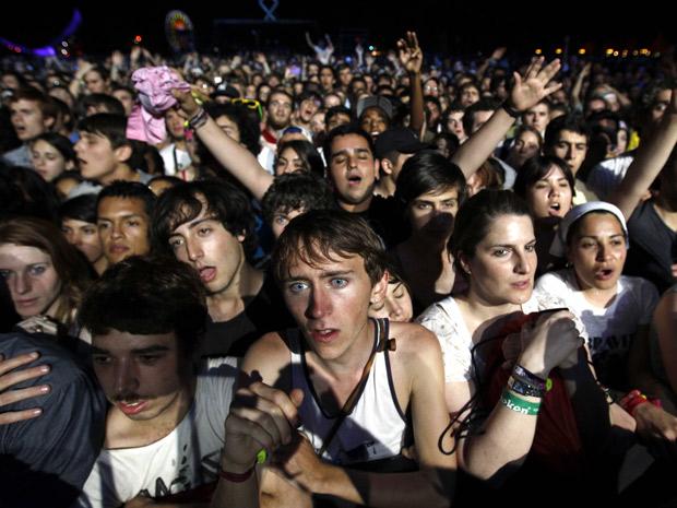 Fãs curtem o show da banda indie Arcade Fire no festival Coachella  (Foto: Mike Blake/Reuters)