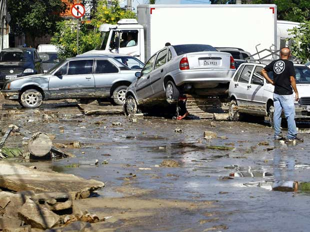 Forte corrente de detritos invadiu estabelecimentos, arrastou veículos e feriu pessoas (Foto: Pablo Jacob/Agência O Globo)