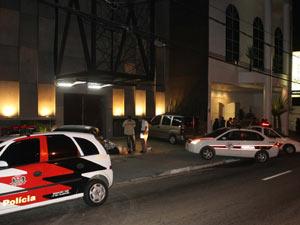 Carros de polícia vigiam local do crime na madrugada deste domingo (Foto: Jotabê/ ABCDigipress)