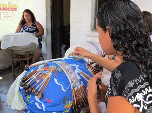 Mulheres fazem renda de bilrro em Parnaíba. (Foto: Anay Cury/G1)