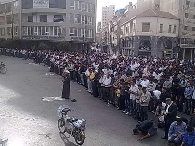 Manifestantes sírios rezam durante proteto contra o governo na cidade de Homs  (Foto: Reuters)