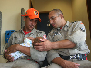 Bombeiros posam com bebê resgatado após ser abandonado na Zona Oeste do Rio (Foto: Jadson Marques / Ag. Estado)