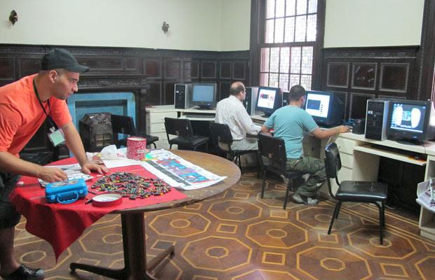 Pacientes do Caps Itapeva têm instrução de computação e desenho (Foto: Giovana Sanchez/G1)