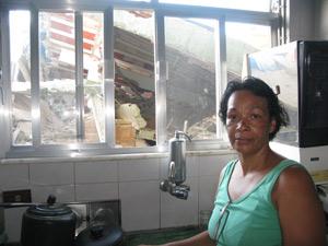 Vizinha de prédio ficou com medo que escombros afetassem sua casa (Foto: Tássia Thum/G1)