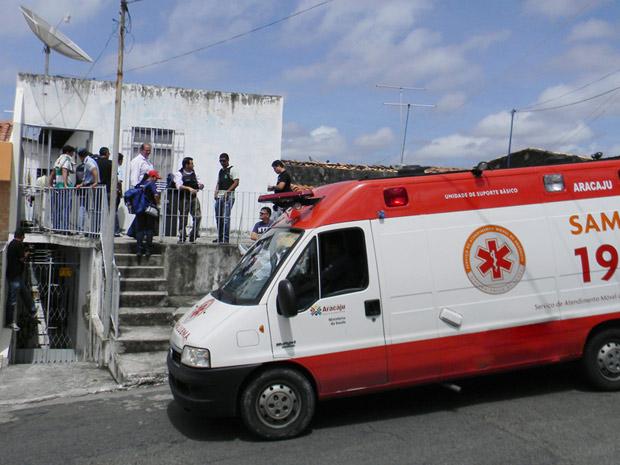 Casa em que jovem é mantida refém é cercada por policiais (Foto: Ascom/SSP-SE)