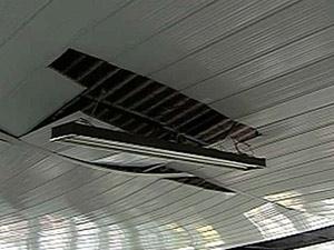 Teto de igreja ficou danificado após queda de raio (Foto: Reprodução/TV Globo)