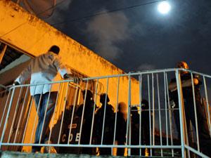 Policiais cercam casa onde jovem é mantida refém durante madrugada (Foto: Divulgação/Ascom/SSP-SE)