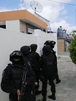 Policiais cercam casa onde jovem é mantida refém pelo ex-marido (Foto: Divulgação/Ascom/SSP-SE)