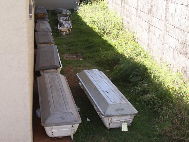 Corpos deixados do lado de fora do IML de Goiânia nesta terça-feira (19) (Foto: Diomício Gomes/O Popular/AE)
