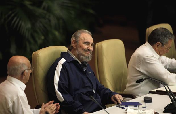 Fidel Castro aparece de surpresa no Congresso do Partido Comunista de Cuba, nesta terça-feira (19), em Havana. À direita, seu irmão Raúl Castro, que foi nomeado primeiro secretário do partido (Foto: AP)