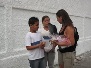 Jaqueline deixa os filhos no colégio nesta terça (19) (Foto: Thamine Leta/ G1)