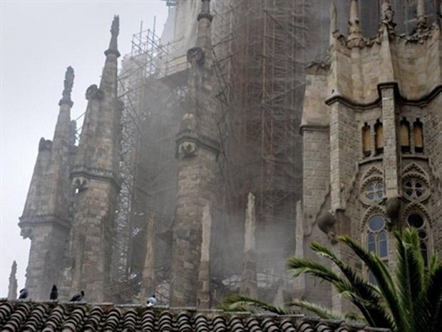 Fumaça é vista saindo da basílica da Sagrada Família, na Espanha, após incêndio nesta terça-feira (19) (Foto: Josep Lago / AFP)