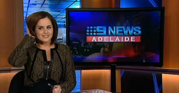 Kate Collins foi flagrada arrumando o cabelo durante programa ao vivo. (Foto: Reprodução)