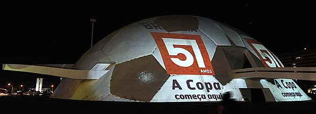 Cúpula do Museu Nacional, com projeção de uma bola de futebol, em homenagem à Copa do Mundo de 2014 e aos 51 anos de Brasília, celebrado nesta quinta (Foto: Marcelo Casal Jr/Abr)