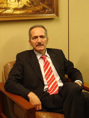 Deputado Aldo Rebelo, relator do Código Florestal, em seu gabinete (Foto: Mariana Oliveira / G1)