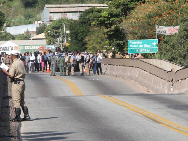 Ponte sobre o Rio das Velhas cede e interdita principal saída de BH para ES (Foto: Charles Silva Duarte/O Tempo/AE)