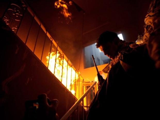 Rebeldes líbios atacam prédio ocupado por forças pró-Kadhafi nesta quarta-feira (20) na cidade líbia de Misrata (Foto: Reuters)