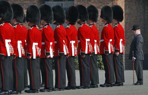 Inspeção dos Guardas Irlandeses (Foto: Reuters)