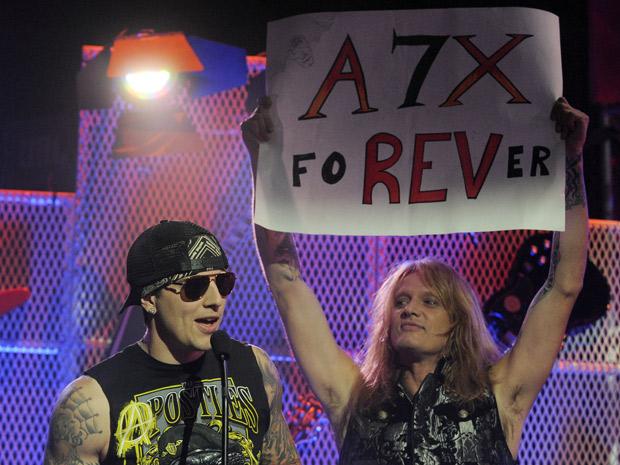 M.Shadows, da banda Avenged Sevenfold, recebeu o troféu de melhor vocalista de 2011 na premiação, realizada em Los Angeles na noite de quarta (20). À direita dele, na foto, o roqueiro veterano Sebastian Bach segura cartaz homenageando o Avenged Sevenfold. (Foto: Chris Pizzello/AP)