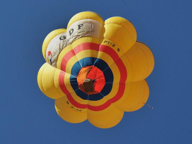 Balão sobrevoa a região central de Brasília na manhã desta quinta-feira. Festival de balonismo é um dos mais de 80 eventos pela celebração do aniversário de Brasília.  (Foto: José Cruz/Abr)