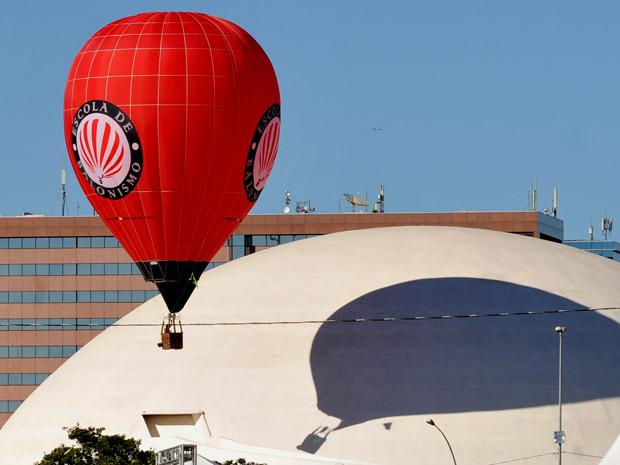 Balão passapelo Museu da República, na Esplanada dos Ministérios, na manhã desta quinta-feira (21), aniversário de 51 anos de Brasília. A cidade sedia festival de balonismo como aprte do calendário de eventos da festa. (Foto: José Cruz/Abr)