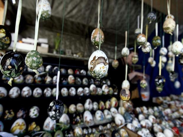 Mercado expõe ovos com diversos tipos de desenhos (Foto: Michael Dalder/Reuters)